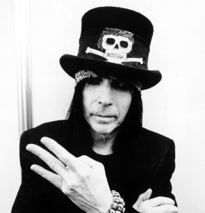 Mick Mars atterrato da un fan, ecco il video