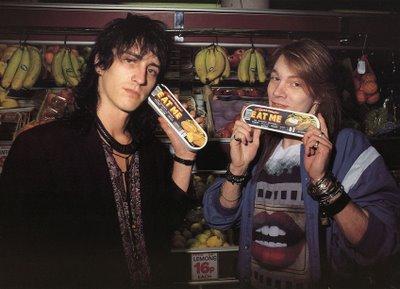 Izzy Stradlin sul palco con i Guns N' Roses