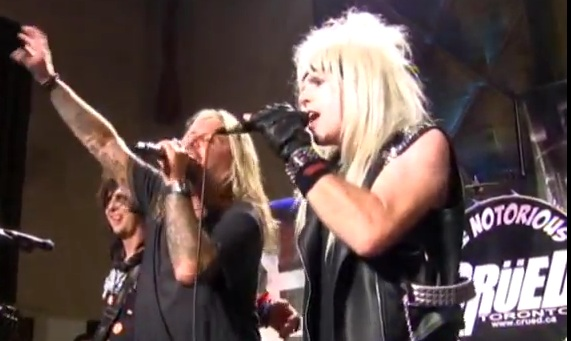 Vince Neil sul palcon con una tribute band