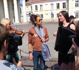 Steven Tyler canta per strada in Lituania, guarda il video