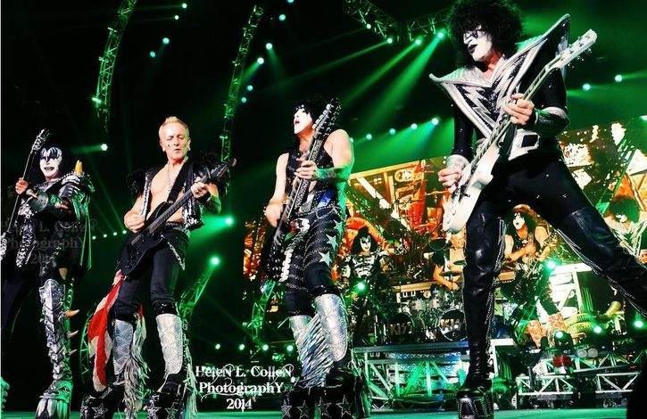 Phil Collen sul palco con i Kiss
